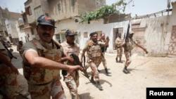 Binh sĩ Pakistan tới hiện trường vụ nổ súng tại trung tâm huấn luyện của Lực lượng An ninh Phi trường Karachi, ngày 10/6/2014.
