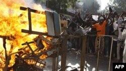 Người biểu tình chống chính phủ đốt phá các rào cản tại Dakar, Senegal, ngày 18/2/2012