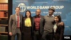 """美國之音""""非洲前沿""""節目的主持人(右二) 與美國國務院的安迪-拉本斯(左)出席世界銀行鼓舞未來領袖的座談會"""