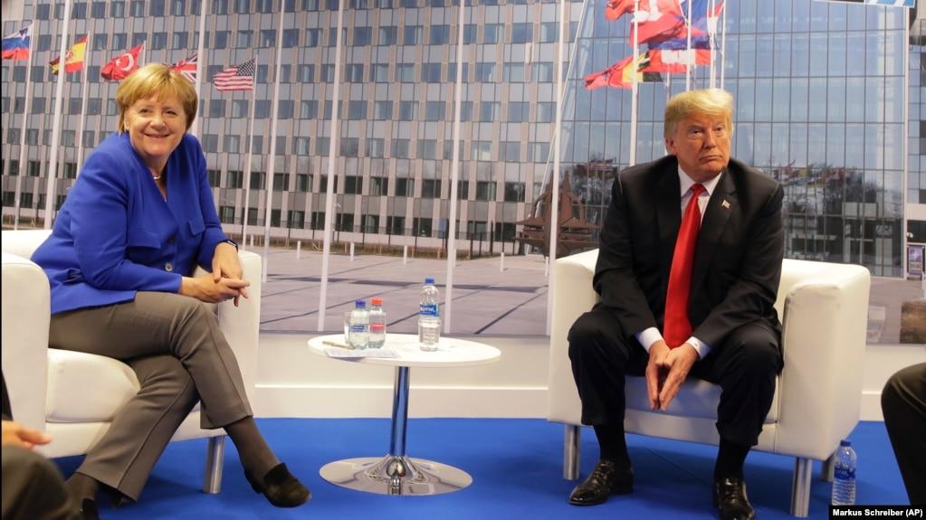 La canciller de Alemania, Angela Merkel, y el presidente de EE.UU., Donald Trump, posan para una fotografía previo a una reunión bilateral al margen de la cumbre de la OTAN en Bruselas el miércoles, 11 de julio de 2018.
