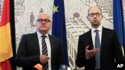 Alman Dışişleri Bakanı Frank-Walter Steinmeier ve Ukrayna Başbakanı Arseny Yatsenkuk