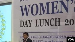Ketua DPR sedang berpidato di DPR-International Women Day Luncheon 2017 di gedung DPR/MPR, hari Senin 20/3. (VOA/Fathiyah Wardah)