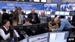 Naučnici u kontrolnoj sobi CERN-a prate eksperiment u velikom hadronskom sudaraču
