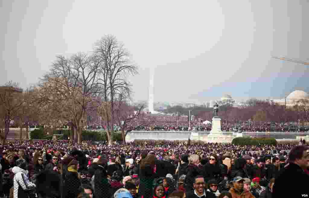 就职大典日国家大草坪人山人海,背景可见华盛顿纪念碑。(Alison Klein/VOA)