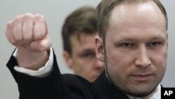 Anders Behring Breivik saluda con el puño en la corte de Oslo, Noruega, donde fue condenado a cadena perpetua.