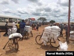 Plusieurs cargaisons de farine de maïs commandés par le gouvernement provincial et par les commerçants en provenance de l'Afrique du Sud, en RDC. (VOA/Narval Mabila)
