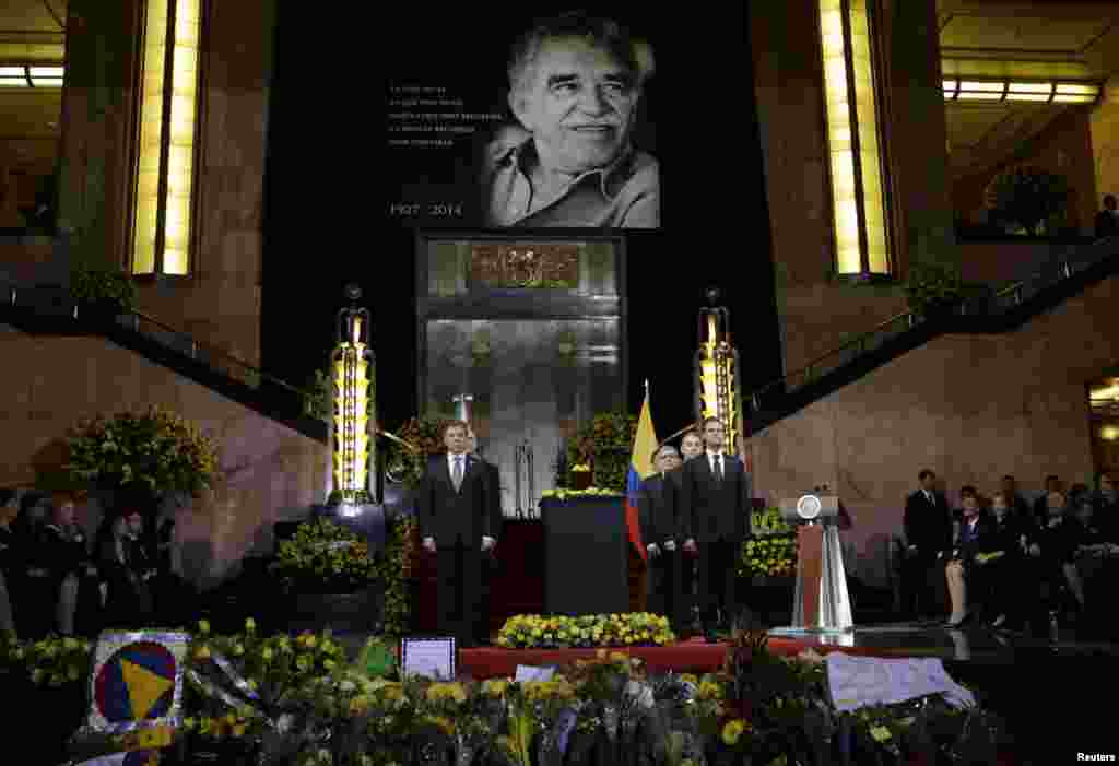 Colombian President Juan Manuel Santos (left) and his Mexican counterpart, Enrique Pena Nieto (right), stand next to an urn containing the ashes of late Colombian Nobel laureate Gabriel Garcia Marquez at a ceremony honoring him, Mexico City, April 21, 2014.