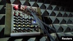Peralatan di sebuah stasiun radio. (Foto: Dok)