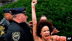 """L'actrice Nicolle Rochelle, qui est apparue sur plusieurs épisodes de """"The Cosby Show"""", est bloquée par la police alors que Bill Cosby fait son entrée pour son procès pour agression sexuelle dans un tribunal de la Pennsylvanie, le 9 avril 2018"""