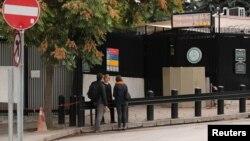 Tiga orang menunggu di depan layanan visa di Kedutaan AS di Ankara, Turki (foto: dok).