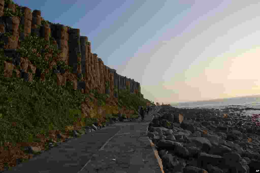 夕阳下的桶盘屿的玄武岩巨柱、海潮和石滩