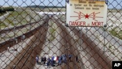 Para migran yang kalap berusaha masuk ke Inggris dari Calais, Peancis, melalui Eurotunnel, atau terowongan bawah laut (foto: dok).
