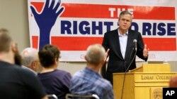 Mantan Gubernur Florida Jeb Bush berbicara dalam sebuah pertemuan di Loras College di Dubuque, Iowa, 16 Mei 2015.