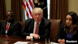 Presiden Donald Trump berbicara pada para wartawan dalam pertemuan dengan korban kejahatan imigrasi di Gedung Putih, Washington, 28 Juni 2017 (foto: REUTERS/Yuri Gripas)