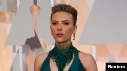Aktris Scarlett Johansson pada acara Academy Awards 2015 di Hollywood, California. (Reuters/Mario Anzuoni)