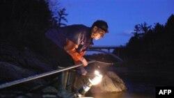 Brus Stivs lovi jegulje u reci na jugu države Mejn.