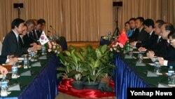 지난 25일 라오스 비엔티안에서 윤병세 한국 외교장관과 왕이 중국 외교부장이 회담을 하고 있다. (자료사진)
