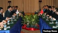 지난달 25일 라오스 비엔티안에서 윤병세 한국 외교장관과 왕이 중국 외교부장이 회담을 하고 있다. (자료사진)