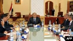 Phó Tổng thống Yemen Abed Rabbo Mansour Hadi (giữa) chủ tọa phiên họp với các thành viên cao cấp của đảng cầm quyền