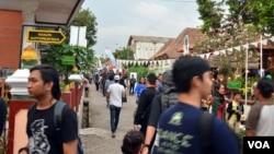 Puluhan ribu penonton datang ke desa Pandowoharjo Sleman Yogyakarta untuk menyaksikan NgayogJazz yang berlangsung dari pukul 10 pagi hingga tengah malam, Sabtu 21/11 (VOA/Munarsih).