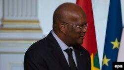 Le président français François Hollande, à droite, et le président du Burkina Faso, Roch Kabore, à gauche, se serrent la main à l'issue d'un point de presse tenu au terme une réunion à l'Elysée à Paris, France, 5 avril 2016. epa / IAN LANGSDON