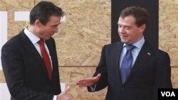 El secretario general de la OTAN, Anders Fogh Rasmussen (i), y el presidente de Rusia, Dimitri Medvedev(d).