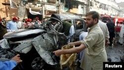 ເຈົ້າໜ້າທີ່ຮັກສາຄວາມສະຫງົບປາກິສຖານພວມເກັບກຳຫຼັກຖານຕ່າງໆ ທີ່ບ່ອນໂຈມຕີດ້ວຍລະເບີດ ໃນເມືອງ Peshawar (7 ພະຈິກ 2012)