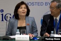 22일 제26차 동북아시아협력대화(NEACD)에 참석한 최선희 북한 외무성 미국국 부국장(왼쪽)이 세미나 주최측인 중국국제문제연구원의 쑤거 원장과 대화를 나누고 있다.