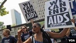 Para aktivis mendesak dana bantuan yang lebih besar bagi pemberantasan AIDS dalam unjuk rasa di luar gedung PBB di New York (21/6).