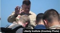 默德牧师(Wesley Modder)在为士兵祷告(照片来源:Liberty Institute)
