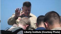 默德牧師(Wesley Modder)在為士兵禱告(照片來源:Liberty Institute)