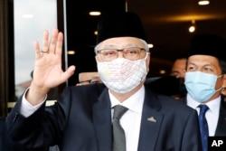 Mantan Wakil Perdana Menteri Ismail Sabri Yaakob melambaikan tangan kepada media saat berangkat menuju istana nasional dari Markas Besar UMNO di Kuala Lumpur, Malaysia, Kamis, 19 Agustus 2021.