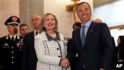 ہلری کلنٹن لیبیا سے متعلق ایک اجلاس میں شرکت کے لیے روم پہنچی ہیں