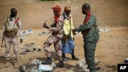 Tentara Mali memeriksa lokasi ledakan di lokasi yang ditinggalkan para pemberontak radikal di Gao (Foto: dok). Sebuah aksi bom bunuh diri dikabarkan menewaskan sedikitnya tujuh orang di wilayah Kidal, Mali Utara (Foto: dok).
