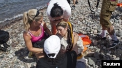 希臘島上志工幫助敘利亞難民資料照。