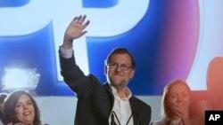 Nhà lãnh đạo đảng đương quyền kiêm Thủ tướng Tây Ban Nha, Mariano Rajoy, chào người ủng hộ ở Madrid, ngày 20/12/2015.