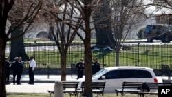 Dinas Rahasia atau Secret Service Amerika mengamankan lokasi di Gedung Putih, di mana ditemukan paket mencurigakan.