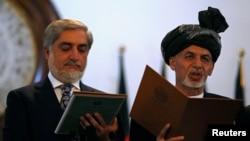 Presiden baru Afghanistan Ashraf Ghani Ahmadzai (kanan) dan kepala eksekutif Afghanistan Abdullah Abdullah mengambil sumpah dalam pelantikan di Kabul (29/9).