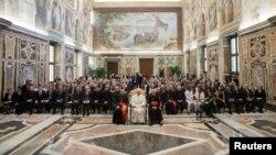 """Le pape François rencontre des fidèles lors de la conférence internationale de """"Migrations et paix"""", au Vatican, le 21 février 2017."""