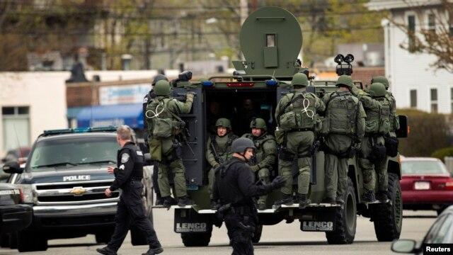 Maafisa waliomsaka Dzhokar Tsarnaev, mshukiwa aliyenaswa Ijumaa usiku mjini Boston Aprili 19, 2013.