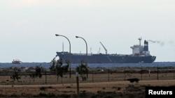 一艘挂有朝鲜旗帜的油轮3月6日停泊在利比亚的一个港口