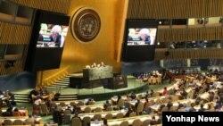 북한 인권 상황을 국제형사재판소(ICC)에 회부하도록 하는 내용의 북한 인권 결의안이 18일 미국 뉴욕 유엔본부에서 열린 유엔총회 본회의에서 찬성 116표, 반대 20표, 기권 53표의 압도적인 차이로 가결됐다. 투표가 이뤄지기 직전 유엔 총회 본회의장의 회의가 진행되고 있다.