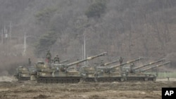 2016年3月7日南韓在臨時軍事分界線附近部署的自行火炮。