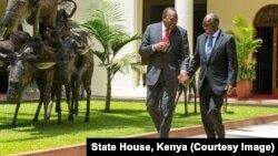 Kenyan President Uhuru Kenyatta, left, and Tanzanian counterpart John Magufuli clasp hands during Magufuli's state visit to Nairobi, Oct. 31, 2016. The two hope to strengthen their countries' economic ties.