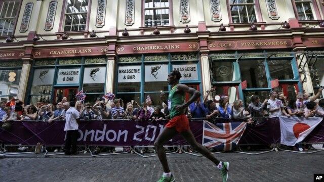 Wanariadha katika mbio za marathon wakikimbia kupita mbele ya soko la Leadenhall, London