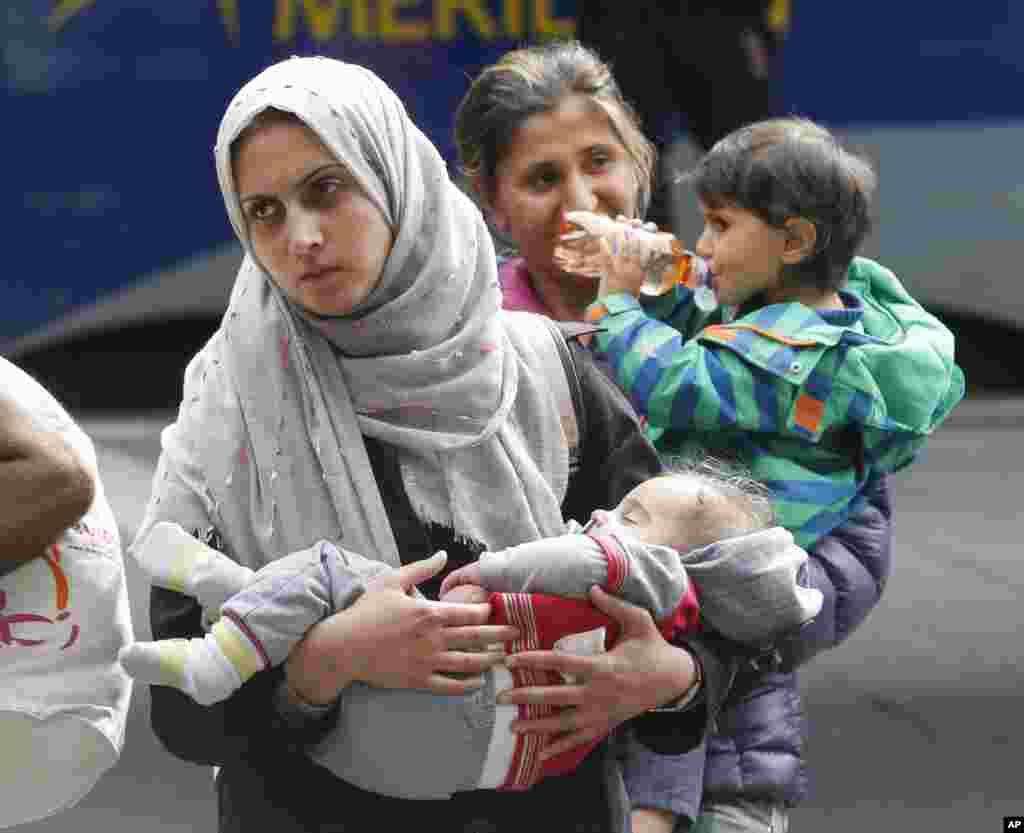 زن پناهجو و کودکانش که روز شنبه ۵ سپتامبر وارد ایستگاه قطار مونیخ شدند.
