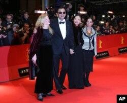 شیرین نشاط، فیلمساز و هنرمند ایرانی یکی از اعضای هیأت داوران شصت و سومین دوره جشنواره فیلم برلین بود