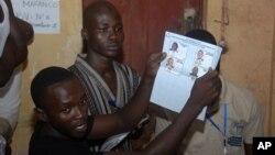 Petugas pemilu Guinea menghitung kartu suara setelah usai pencoblosan di TPS Conakry, Guinea (28/9). Oposisi Guinea menuduh pemilu itu tercemar oleh kecurangan besar-besaran.