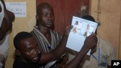 Le personnel électoral d'un bureau de vote à Conakry, dépouillant les bulletins après la clôture du scrutin, en Guinée, le 28 septembre 2013.