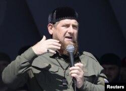 ທ່ານ ແຣມແຊນ ຄາດີຣອຟ (Ramzan Kadyrov) ຜູ້ນໍາຂອງເຊັສເນຍ ກ່າວຄໍາປາໄສ ຢູ່ນະຄອນຫລວງ ໂກຣສນີ (Grozny) ຂອງຂົງເຂດດັ່ງກ່າວ ໃນວັນທີ 4 ກັນຍາ 2017.